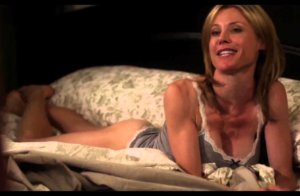 Julie Bowen with few clothes in a Modern Family scene