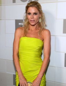 Julie Bowen looking fab and young in a yellow dress