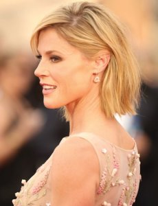 Julie Bowen posing for a photo and looking gorgeous