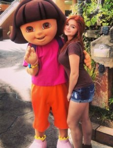 Ariel Winter in shorts and brown short with red hair