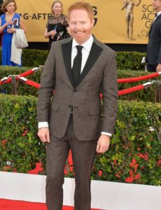 Jesse Tyler Ferguson posing for a photo in a award cerimony